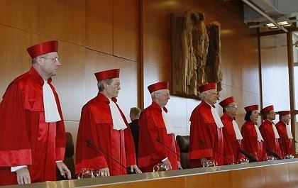 Der Erste Senat des Bundesverfassungsgerichts, hier beim Urteil gegen die Online-Durchsuchung im Februar: Der Staat drängt auf Überwachung, das Gericht bremst, wo er über das Ziel hinausschießt