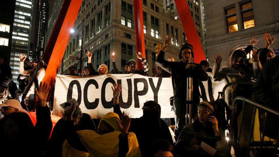 Occupy Wall Street (im November 2011): Eine Legion barbusiger Mariannen marschiert durch die Ruinen einer Welt