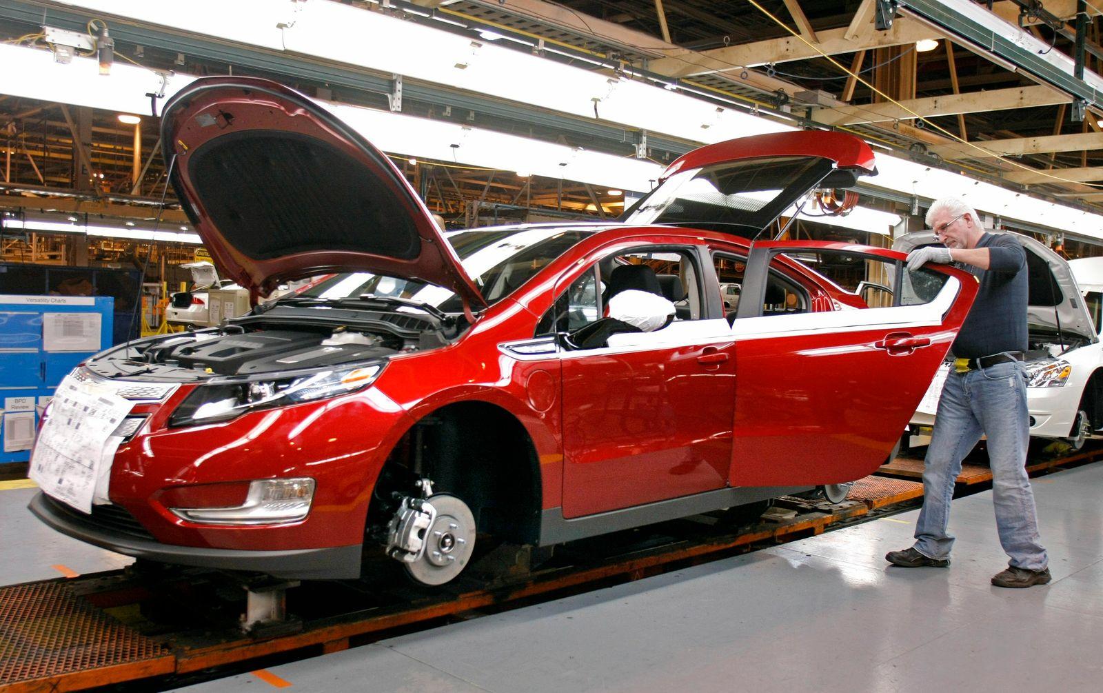 Chevrolet Rolls Out New Volt Hybrid At Detroit Factory