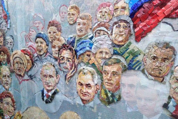 Werkstattbild des Mosaiks zur Krim-Annexion (Ausschnitt): Zu sehen sind Präsident Putin, Verteidigungsminister Schojgu, Generalstabschef Gerassimow (von links) in der feiernden Menge.