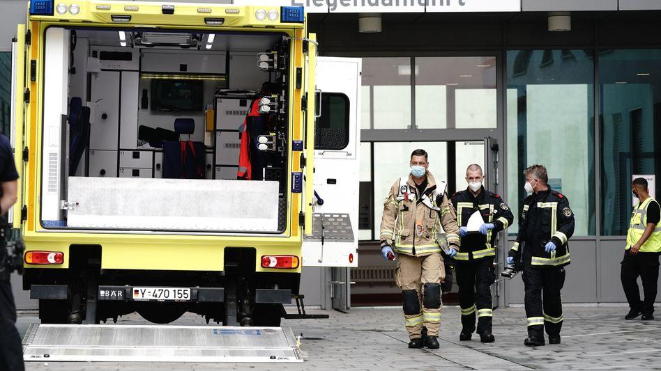Krankenwagen nach Nawalnys Einlieferung in die Charité