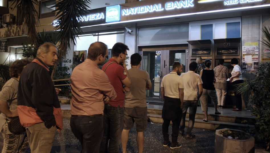 In der Nacht bildeten sich in Athen Schlangen vor Geldautomaten
