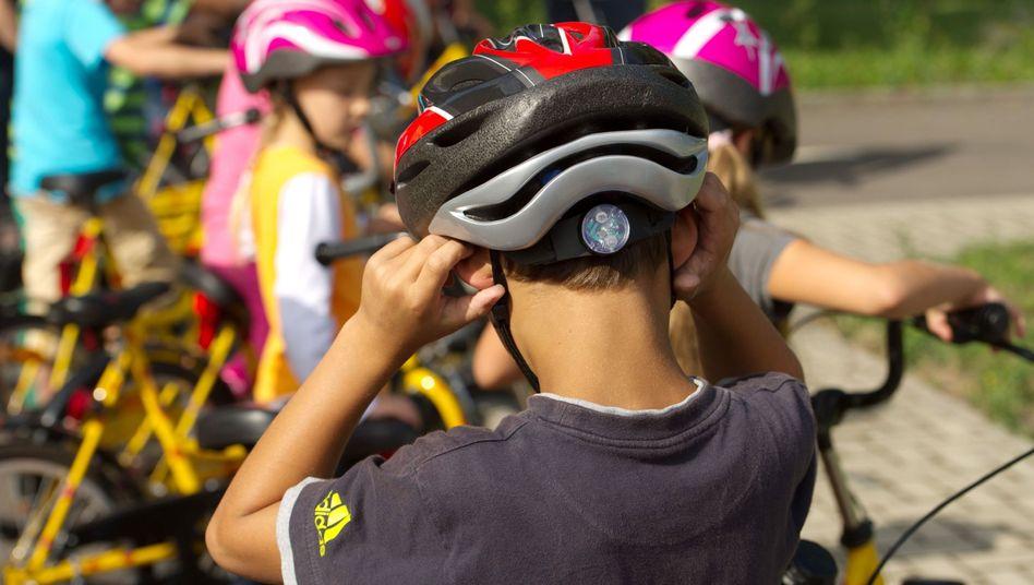 Vorbildliche Helmträger: Schulkinder in Sachsen
