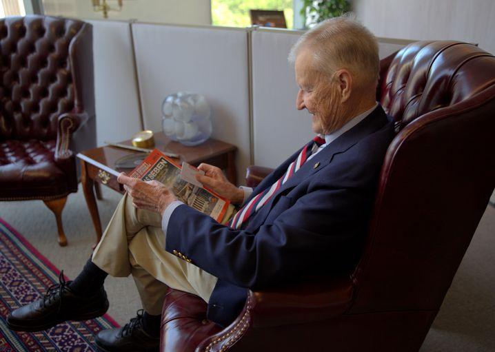 Brzezinski bei der SPIEGEL-Lektüre in seinem Büro
