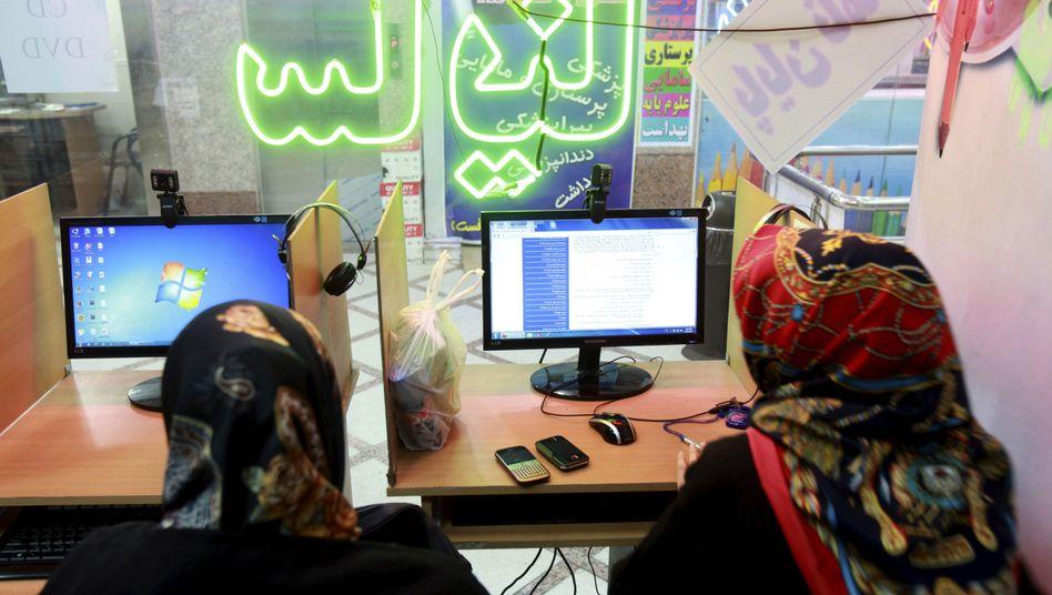 Iranerinnen in einem Internetcafé (Symbolbild): Soziale Netzwerke sind nur durch Tricks erreichbar