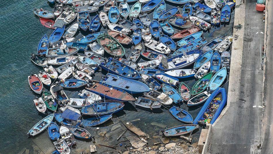 """Ausrangierte Flüchtlingsboote im Hafen von Lampedusa:""""Die Bürger sind wegen der Ansteckungsgefahr besorgt"""""""