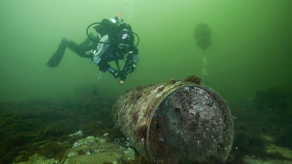 Taucher in der Ostsee untersucht versenkten Kampfstoff (Foto von 2017)