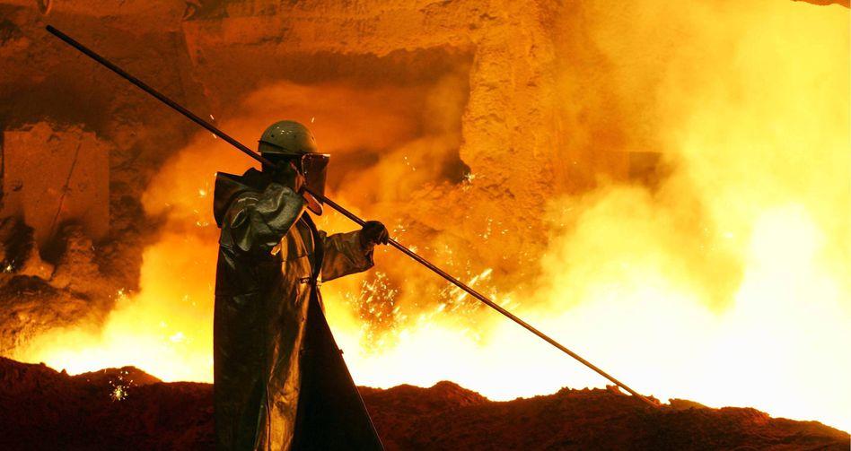 Hüttenwerk in Duisburg: Auch die Stahlbranche verspürt Auftragsrückgang