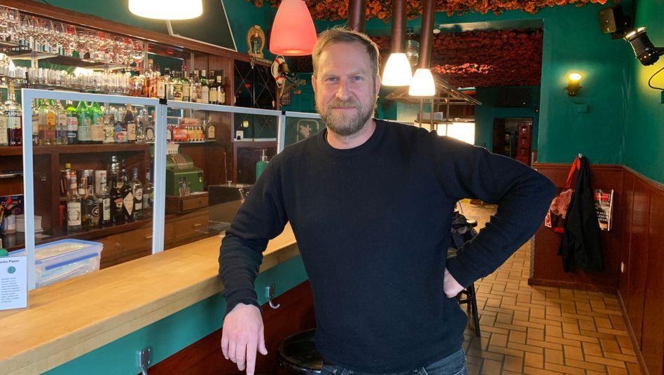 """Tomas Pollmann, 43, betreibt die Kultkneipe """"Die hängenden Gärten von Ehrenfeld"""" in Köln. """"Am allerbesten wäre es, eine Art Ausgleich zu schaffen - als Aufschlag auf den Umsatz"""""""