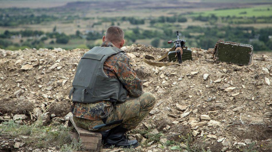 Ukrainischer Soldat in der Donezk-Region: Waffenpause wird nicht eingehalten