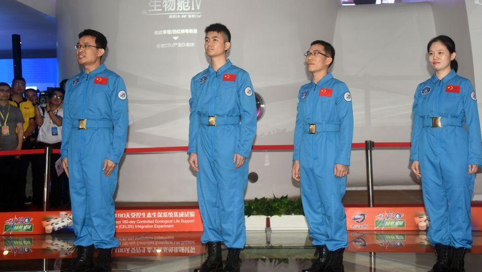 Vor dem Experiment: Tang Yongkang, Luo Jie, Wu Shiyun and Tong Feizhou vor dem Eintritt in die Kapsel
