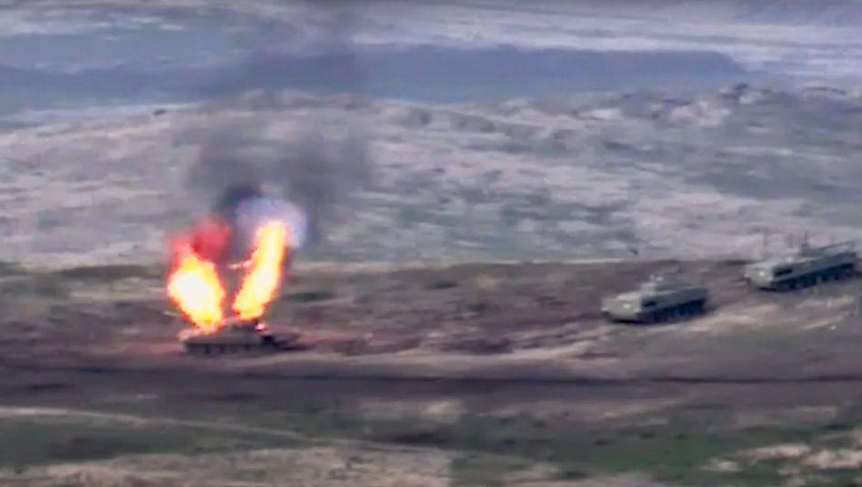 Zerstörtes Militärfahrzeug im Konflikt um Bergkarabach (Material der Regierung von Armenien)