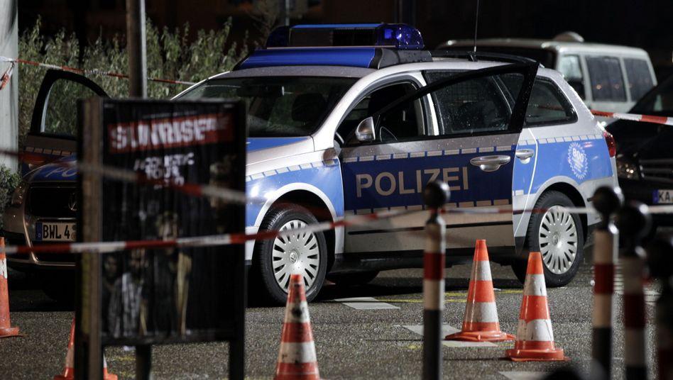 Ein Polizeiwagen am Ort des Geschehens: Eine Beamtin schwer verletzt