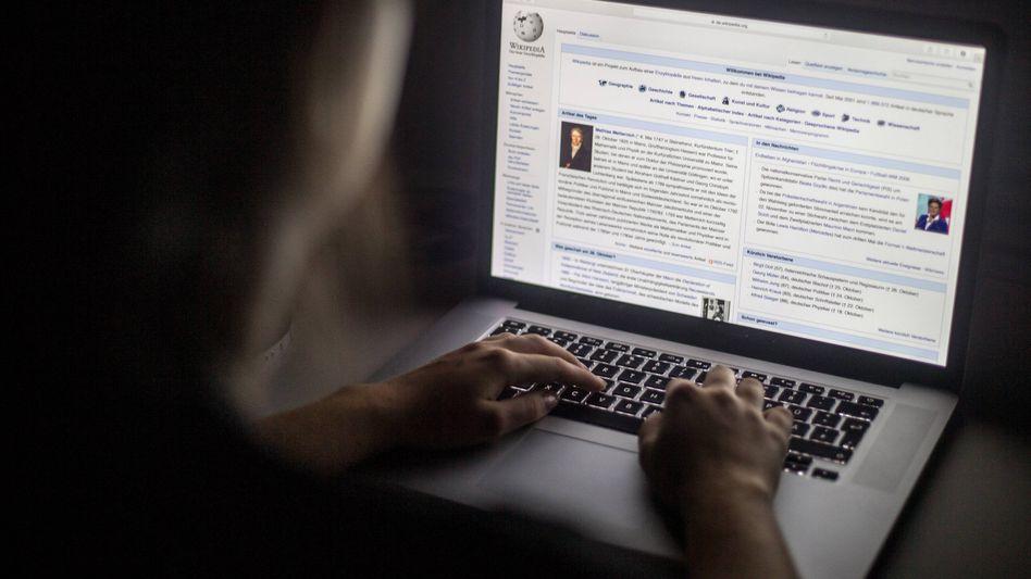 Wikipedia-Startseite auf einem Notebook