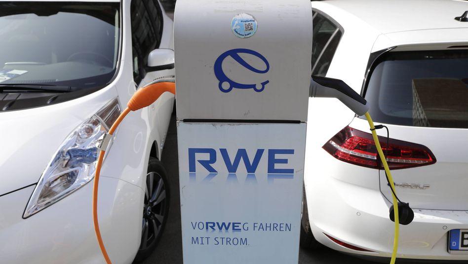 Elektroautos beim Aufladen der Batterie