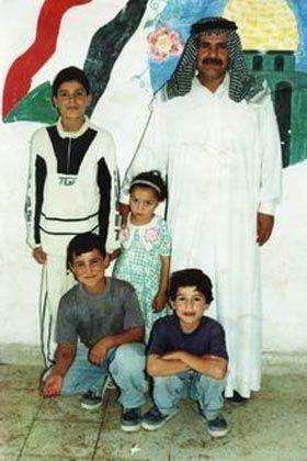 Familienvater Asad Abdul Kareem Abdul Jaleel mit seinen Angehörigen: An bestialischer Folter gestorben?