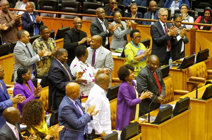 Cyril Ramaphosa, Präsident von Südafrika, (r.) im Parlament in Kapstadt