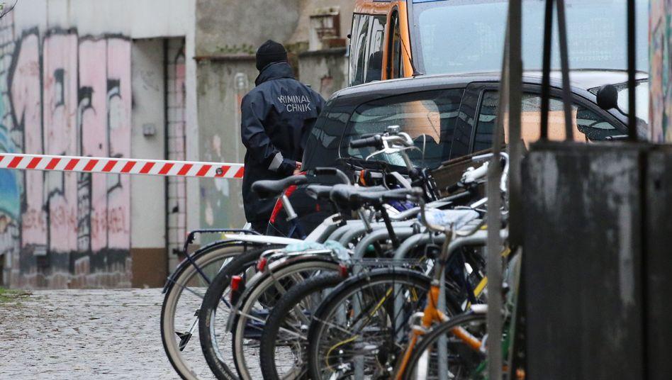 Polizist vor der Stelle, an der Frank Magnitz überfallen wurde