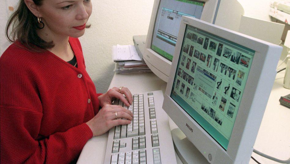 Als dieses Foto 1998 aufgenommen wurde, noch eine teure Besonderheit: Ein Tausende D-Mark teurer LCD-Monitor am Arbeitsplatz