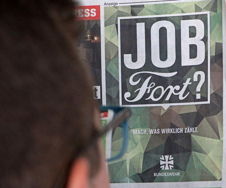 """Bundeswehranzeige zu """"Ford"""" auf der Titelseite einer Zeitung"""