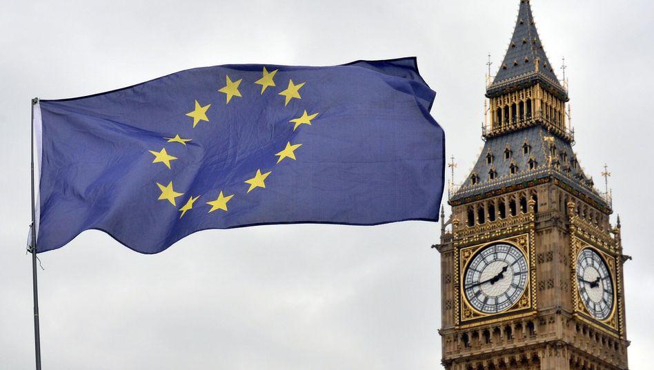 EU-Flagge neben dem britischen Parlament