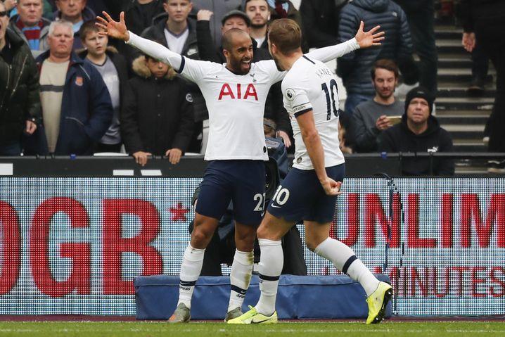 Tottenhams Lucas Moura (links) und Harry Kane jubeln nach Spurs-Treffer Nummer zwei