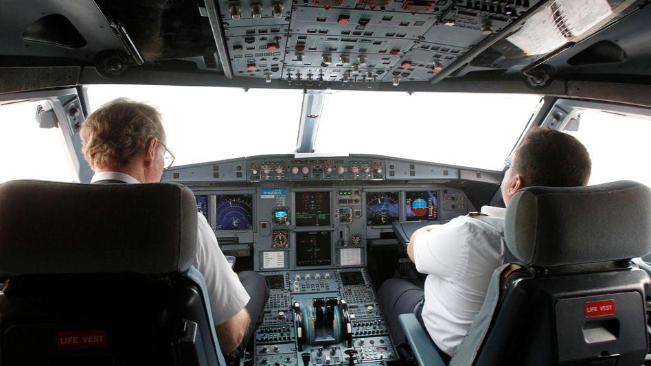 Zwei Piloten im Cockpit eines Airbus A320