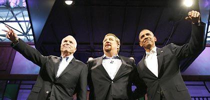 John McCain und Barack Obama mit dem Evangelikalen Rick Warren (Mitte) im August in Lake Forest: Völlig veränderte Wahlkampflandschaft