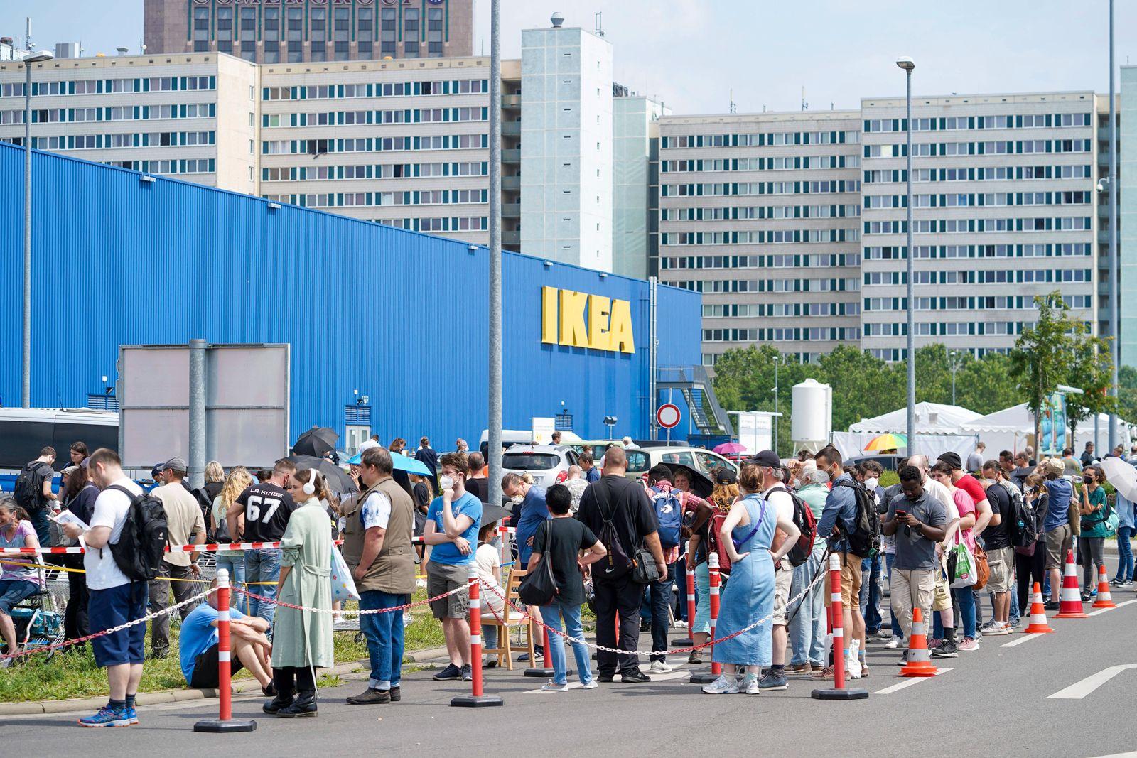 News Bilder des Tages 17.07.2021,Berlin,Deutschland,GER,Eröffnung erster Berliner Corona-Impf-Drive-in.Ikea-Parkplatz im