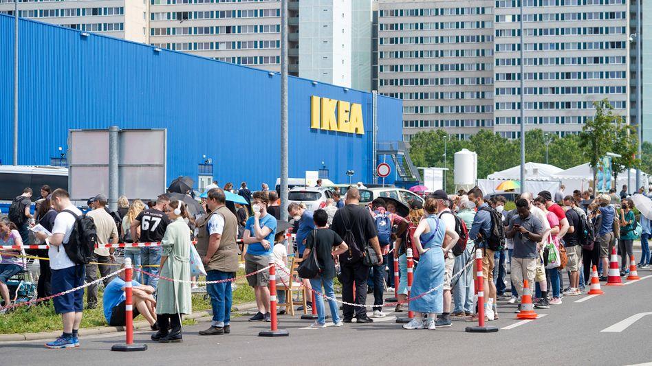 Impf-Drive-in auf einem Ikea-Parkplatz in Berlin-Lichtenberg
