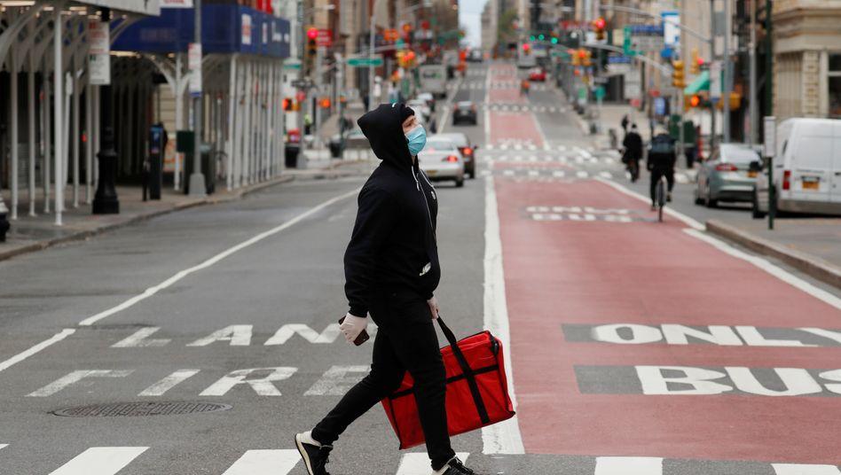 Die neue Normalität: Maskierter Fußgänger in New York