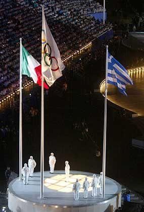 Zum Abschluss wurden noch einmal die Fahne Italiens (kommendes Austragungsland), die olympische und die griechische Fahne gehisst