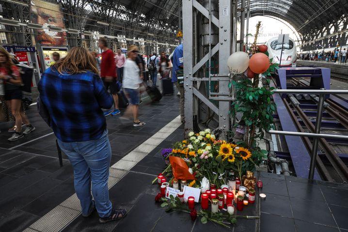 Blumengestecke am Frankfurter Hauptbahnhof