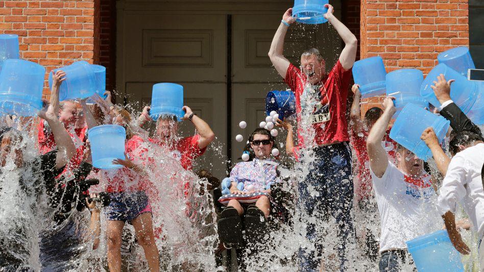 In diesem August ging die Ice Bucket Challenge in ihrer zweiten Runde: Hier ergießt sich Eiswasser über den Gouverneur von Massachusetts, Charlie Baker. Neben ihm sitzt der an ALS erkrankte Baseballspieler Pete Frates, der die Spendenaktion mit ins Leben rief.