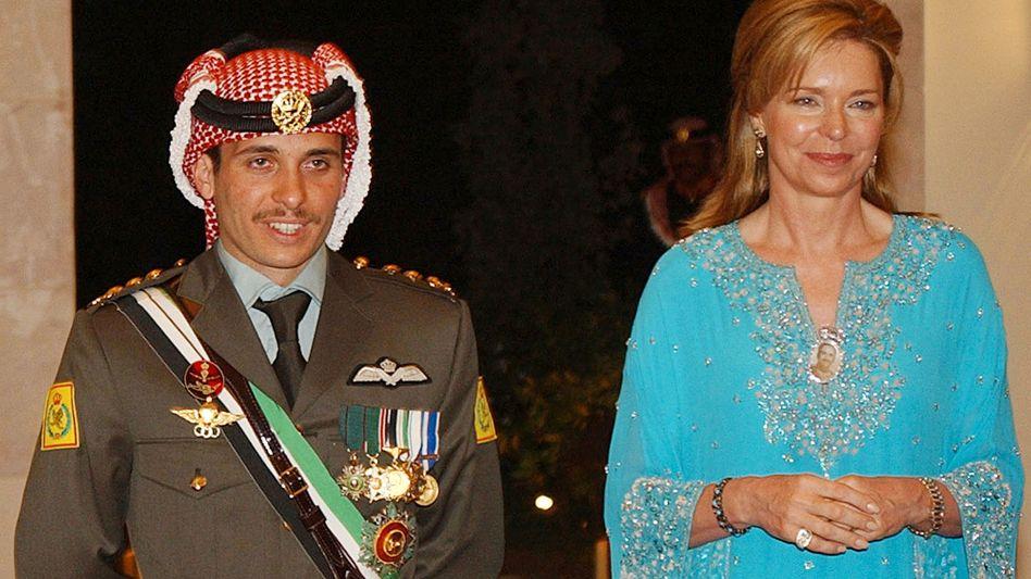 Königin Nur mit ihrem Sohn Hamsa im Jahr 2004.