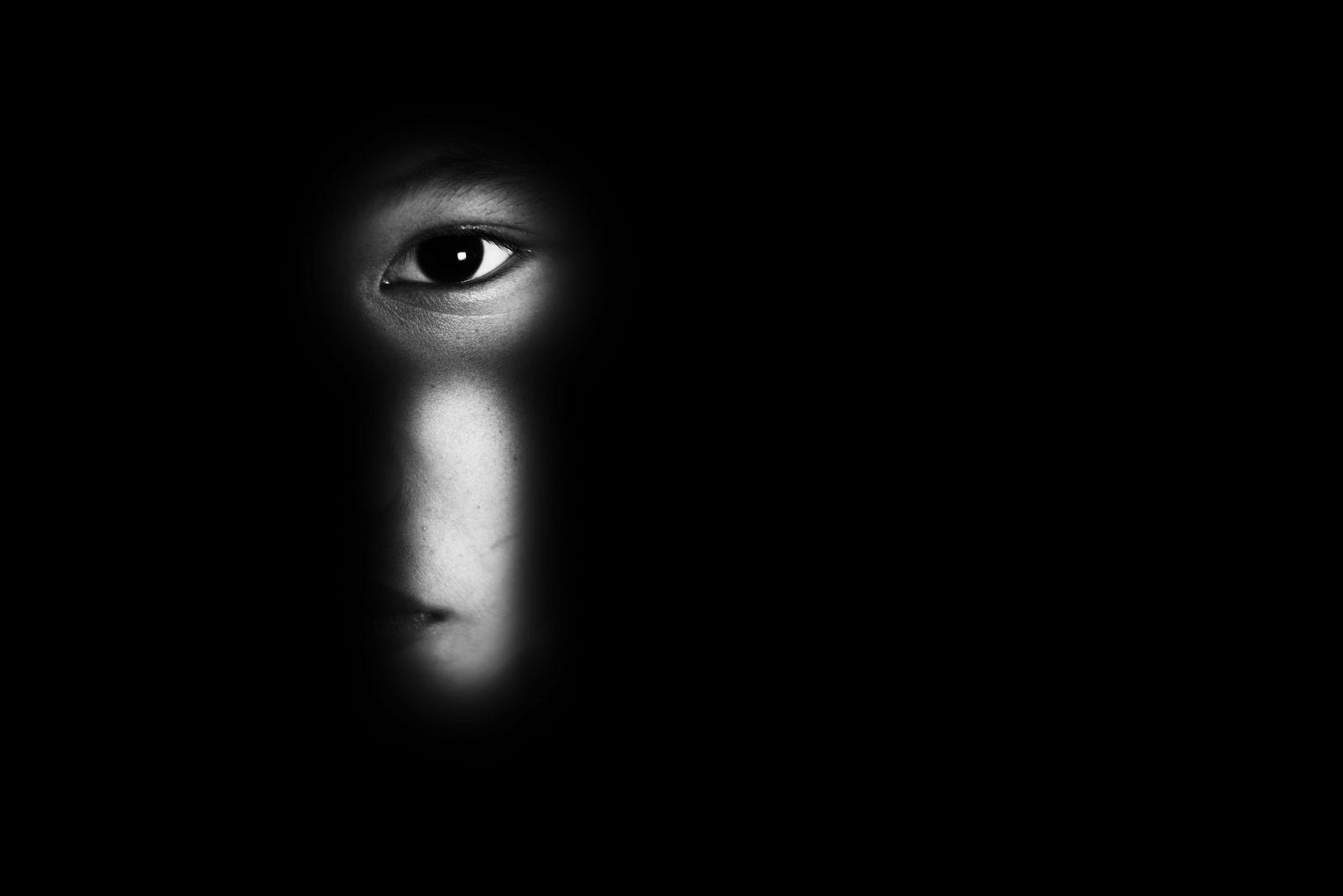 EINMALIGE VERWENDUNG eye of boy through key whole, child abuse concept EXPIRE 14.10.2024