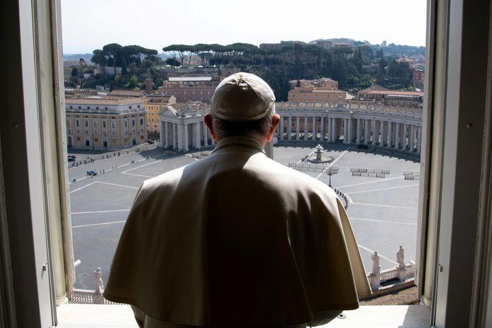 Papst predigt am leeren Petersplatz: Die katholische Kirche reagiert auf Corona