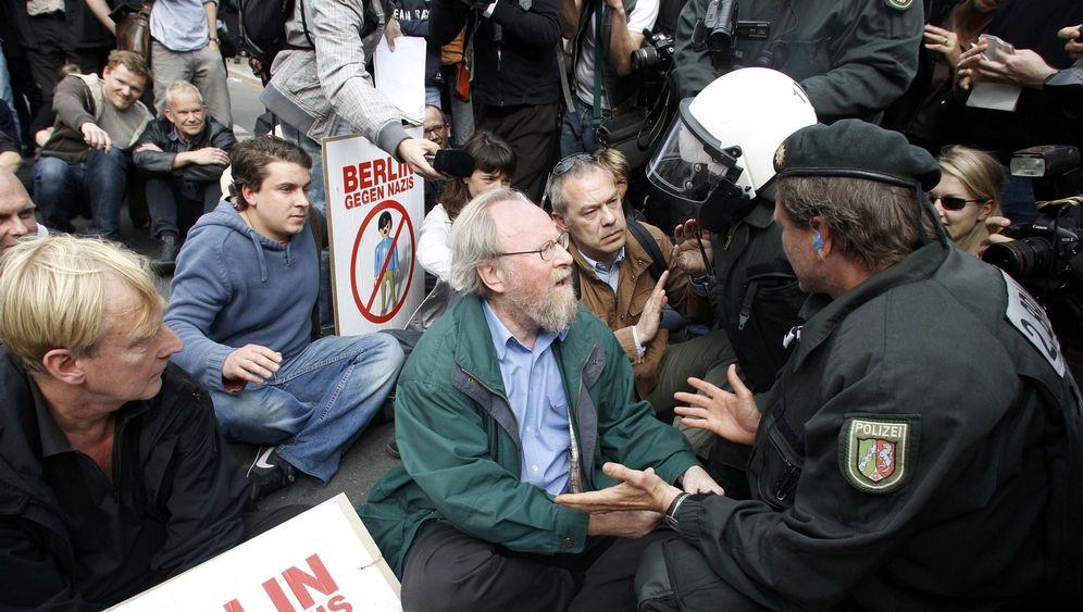 Mai-Proteste: Sitzblockaden gegen Neonazis