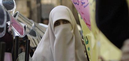 Verschleierte Frau in Alexandria: Urfi-Ehe betrifft Zehntausende
