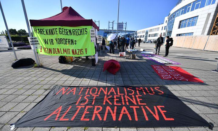 Demonstranten vor der Messe Erfurt, in der das Landgericht verhandelte