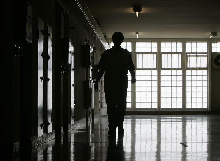 """Justizvollzugsbeamtin in der JVA Stammheim (Archivbild von 2007): """"Das kann ich doch niemandem anbieten"""""""