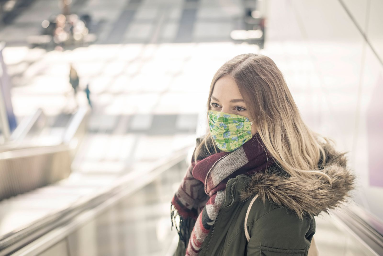 junge Frau mit Mundschutz in der Stadt *** young woman with mouth guard in the city