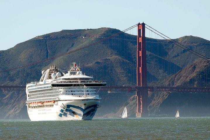 Kreuzfahrtschiff vor der Golden Gate Bridge in San Francisco (Archivbild)
