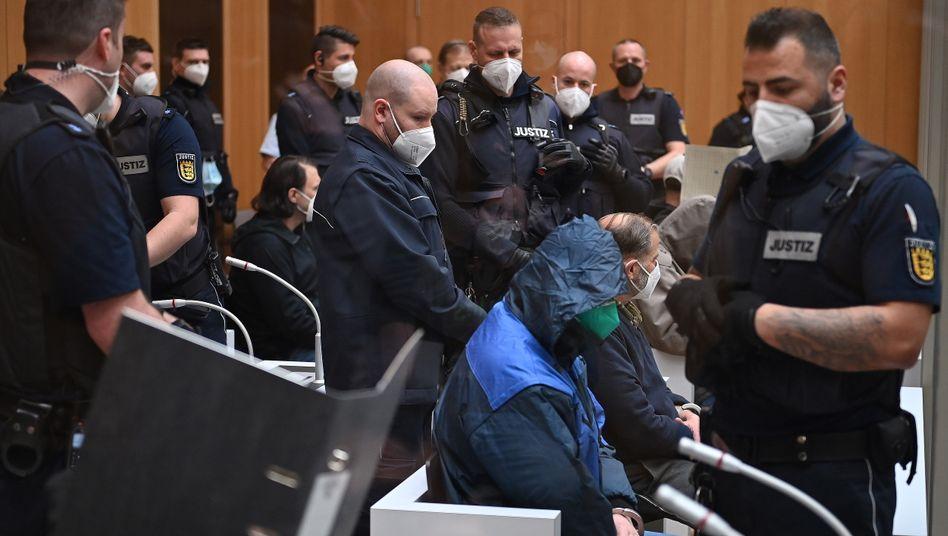 Mutmaßliche Rechtsterroristen im Gerichtssaal in Stammheim: Namensschilder für den besseren Überblick?