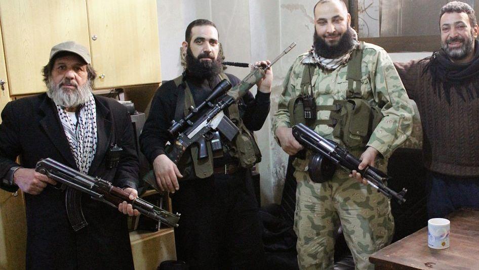 KÄMPFER IM PROVISORISCHEN GEFÄNGNIS: In einem Keller halten die Rebellen zwei Soldaten und zwei Einbrecher fest. Für jeden Vorgang werden Akten angelegt.