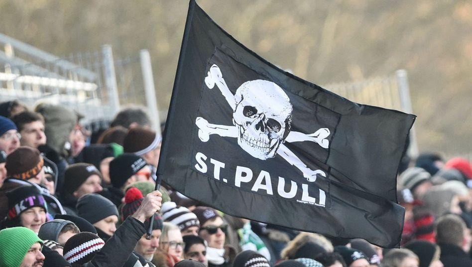 St. Pauli-Fans mit Totenkopf-Flagge: die Rechte sind wieder daheim