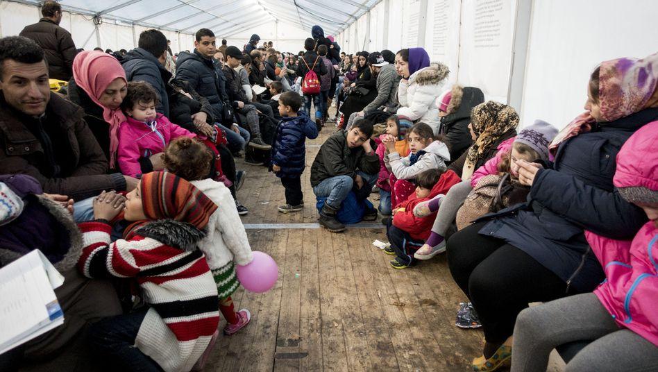Flüchtlinge vor dem Berliner Landesamt für Gesundheit und Soziales