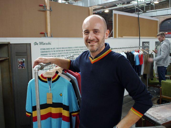 Mauro Coccia neben Trikots: Wolle gemischt mit Acryl