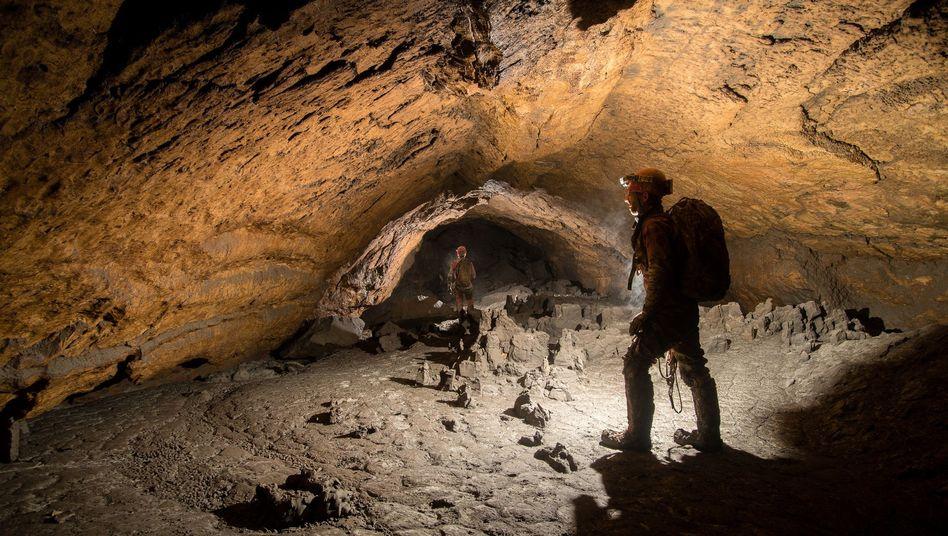 Forscher im Gang in einer Höhle im nördlichen Dachsteinmassiv