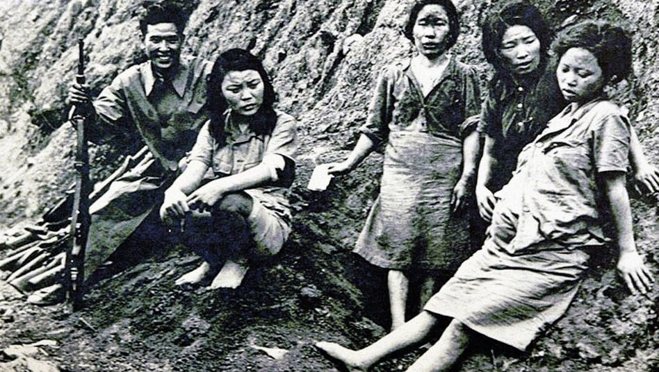 »Trostfrauen« nach Kriegsende 1945, Protest einstiger Opfer vor Japans Botschaft in Seoul, Altersheim »House of Sharing«